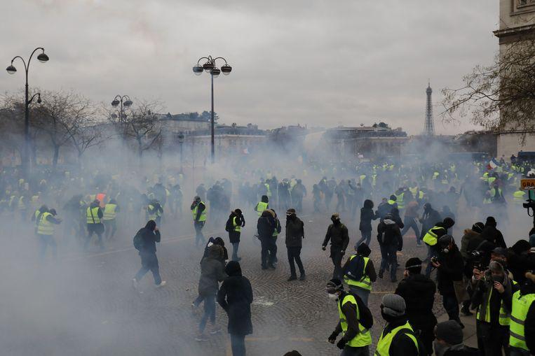 Op de Place de l'Etoile werd traangas ingezet. Beeld AFP
