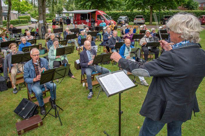 Dirigent Maarten Jensen heeft eindelijk weer een orkest voor zich. Het is voor het eerst sinds oktober vorig jaar dat het RSO Midden-Brabant weer samen repeteert.