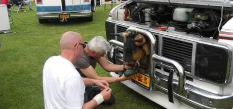 Eerbetoon met Amerikaanse busjes voor bij brand in Duiven omgekomen Jan, Lenie en Leja (21)