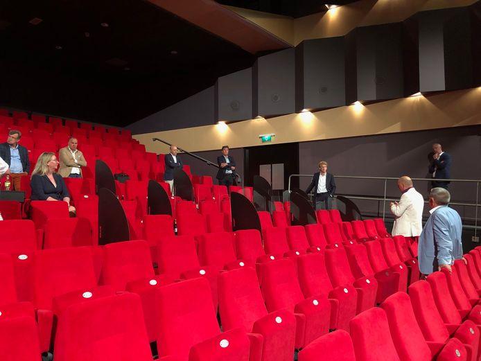 Cor van der Heijden en Jan Wouda (rechts) praten de colleges van Uden en Landerd bij over hun plan om de capaciteit voor theaters te vergroten. In de rijen staan bijvoorbeeld schotten om bezoekers van elkaar te scheiden.