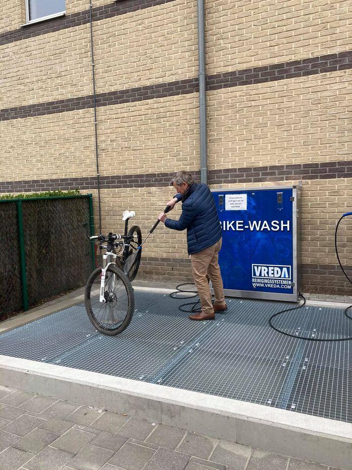 Ook burgemeester Johan Sauwens (links) kwam de bikewash uitproberen.