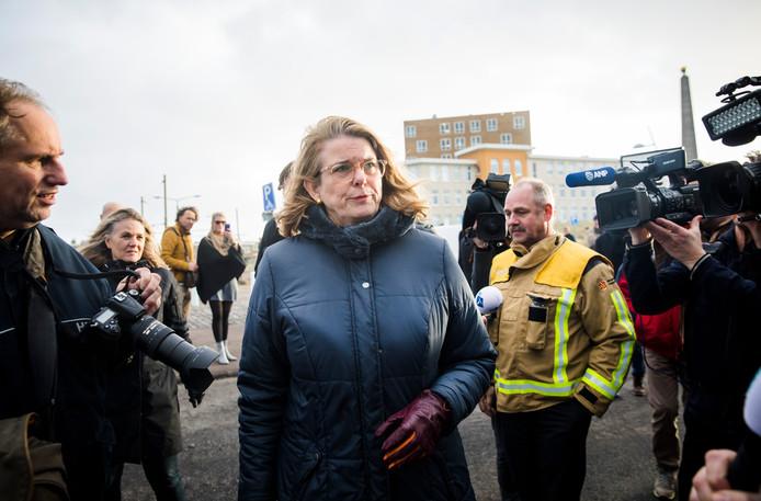 Pauline Krikke spreekt in Scheveningen met een boze buurtbewoner in het gebied waar de schade is ontstaan door de door lucht vliegende vonken van het grote vreugdevuur.