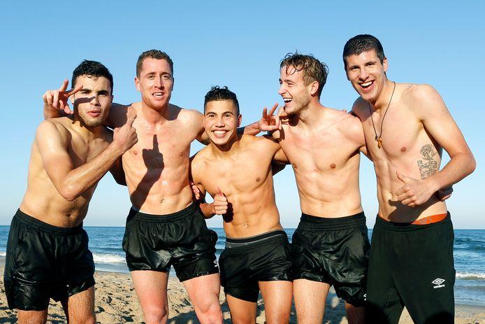 Mounir El Allouchi, Gill Swerts, Vinnie Vermeer, Jesse van Bezooijen en Stipe Perica op het strand.