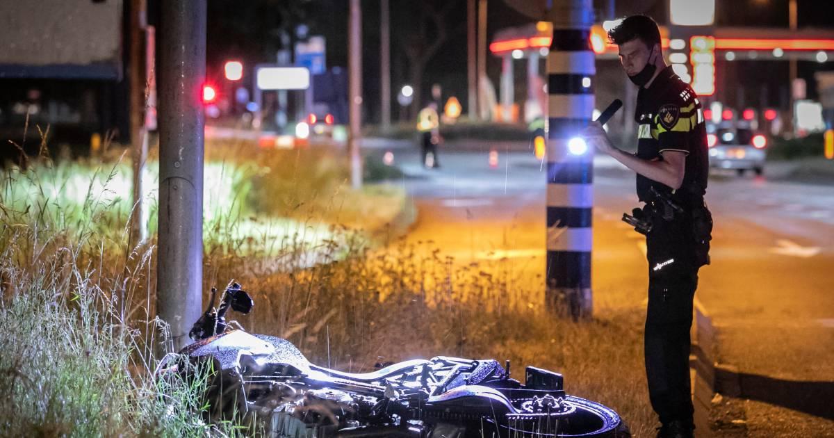 Motorrijder met spoed naar ziekenhuis na botsing met auto.