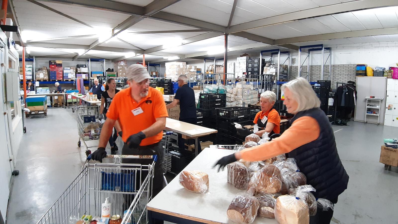 Vrijwilligers van de voedselbank Breda in actie.