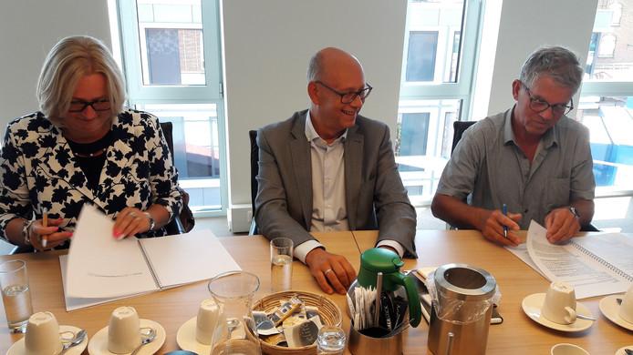 De handtekeningen op de overeenkomst worden gezet door toekomstig bewoners Dory Beerens en Bert Lonterman. Daarna is het de beurt aan wethouder Gerard Bruijniks namens de gemeente Loon op Zand.