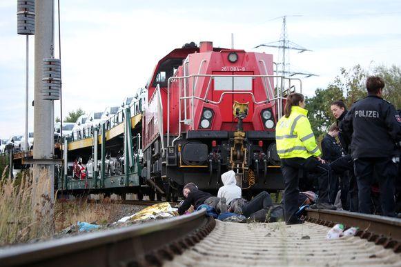 Klimaatactivisten stopten een trein met auto's van Volkswagen.