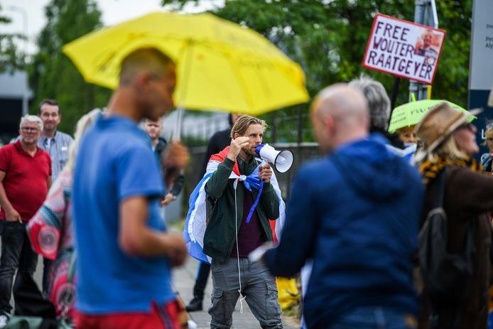 Demonstratie bij Alphense gevangenis, demonstranten eisen vrijlating van complotdenkers Wouter Raatgever