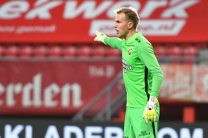 Jeroen Houwen wijst de weg in Enschede, waar hij als vervanger van Remko Pasveer na lange tijd weer eens een wedstrijd voor Vitesse keepte.
