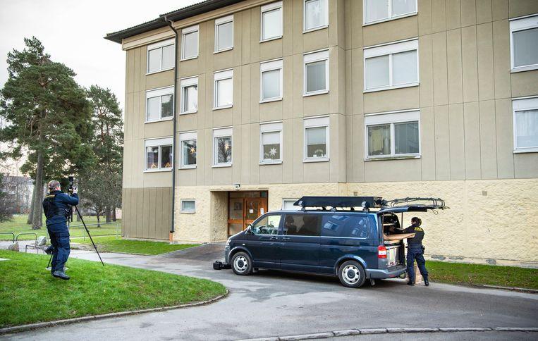 De politie bij het in het zuidelijk deel van Stockholm gelegen appartementsgebouw waar de opgesloten man werd aangetroffen.  Beeld AP