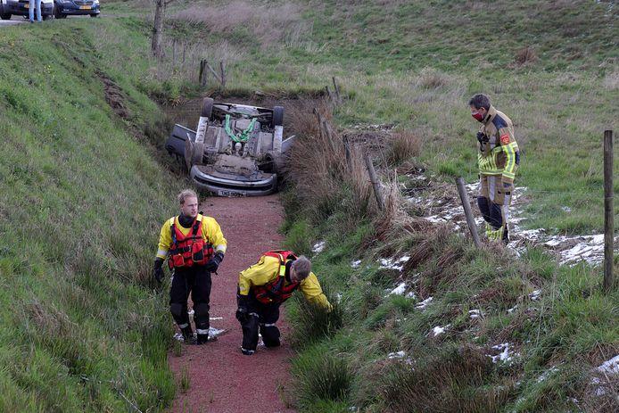 De auto die in de sloot is beland langs de Valkenvoortweg in Waalwijk. Het duikteam van de brandweer komt in actie.