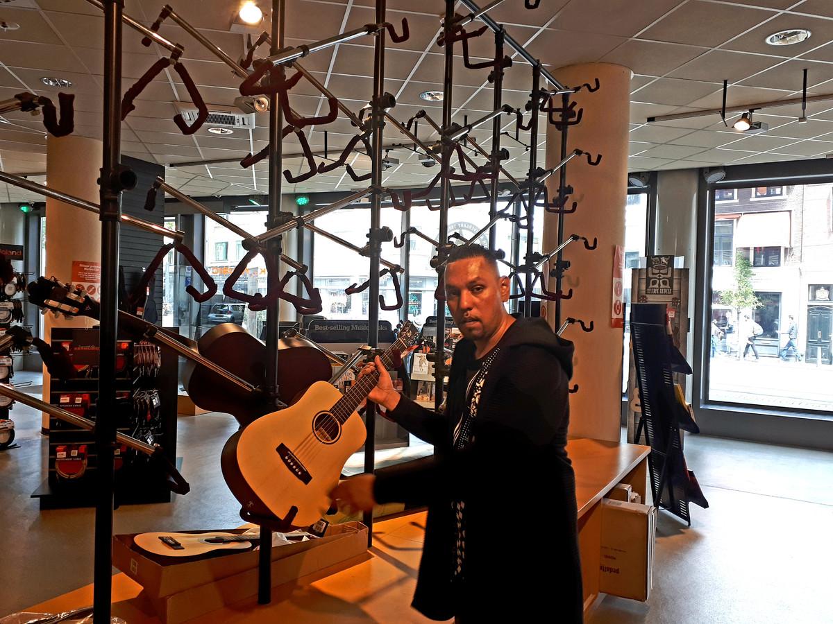 Denny Badri werkt in de iconische muziekwinkel Rock Palace die vandaag failliet is verklaard.