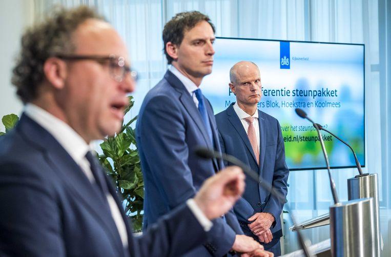 De ministers Koolmees (Sociale Zaken en Werkgelegenheid), Hoekstra (Financiën) en Blok (Economische Zaken en Klimaat)   lichten donderdag in Den Haag de verlenging toe van het steunpakket voor het bedrijfsleven. Beeld ANP