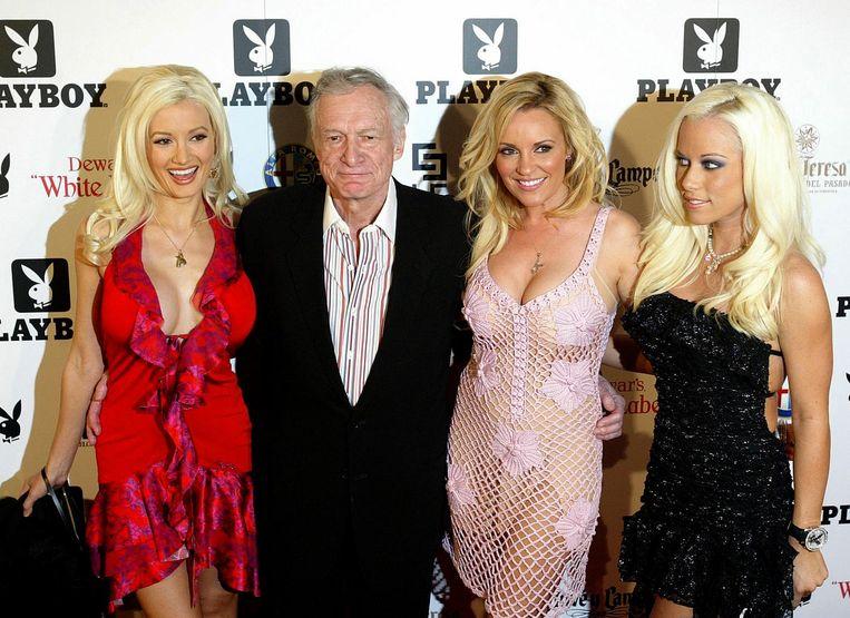 Playboy-oprichter Hugh Hefner met zijn vriendinnen Holly Madison (links), Bridget Marquardt (midden) en Kendra Wilkinson (rechts). Beeld null