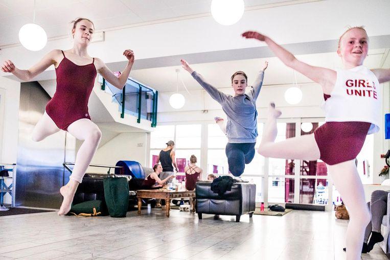 In de pauze van de balletles trainen de jongeren in de recreatieruimte. Beeld Marlena Waldthausen.