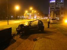 Automobilist ramt muurtje in Apeldoorn