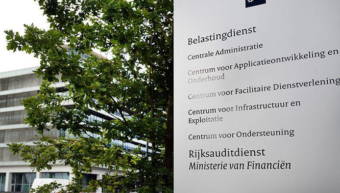 Exterieur van het hoofdkantoor van de Belastingdienst Apeldoorn.