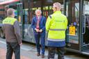 Pier Eringa met twee van zijn Connexxion-chauffeurs op het busplatform bij station Hilversum