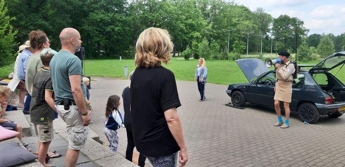 Michèle Rijzewijk en Gerrit Dragt (rechts) en een participerend publiek in de voorstelling 'De monteur en het meisje'.