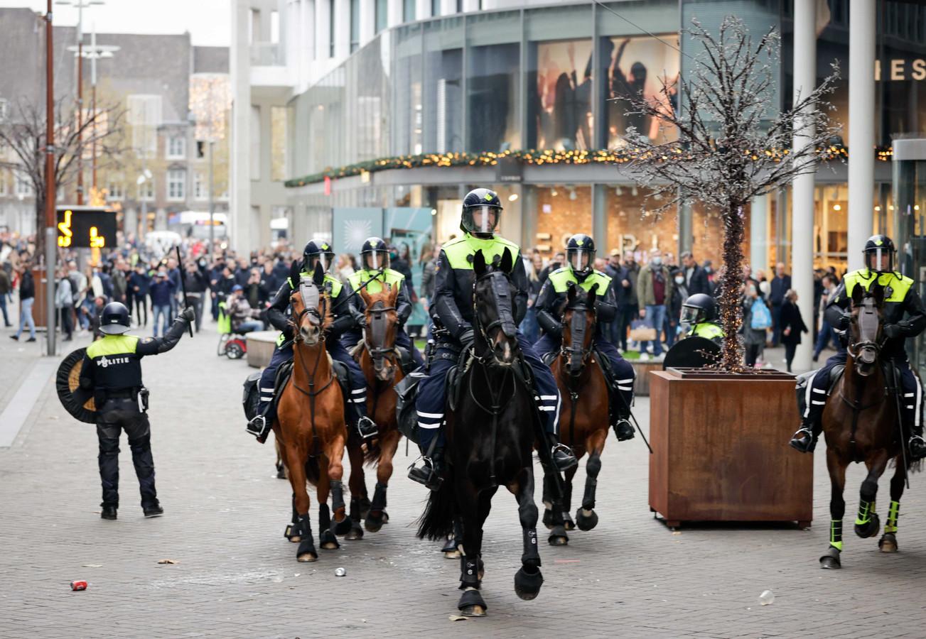 De ME grijpt in tijdens een demonstratie van actiegroep Kick Out Zwarte Piet (KOZP) waar honderden tegendemonstranten zich hebben verzameld.