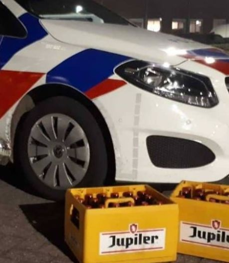 Politie biedt kratten bier aan in Berghem, jongeren happen toe