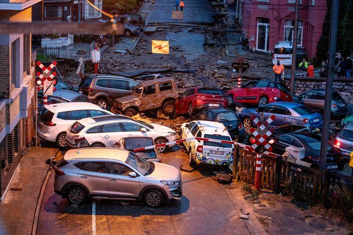 Rue de Philippeville, waar de auto's werden meegesleurd door het woeste water.