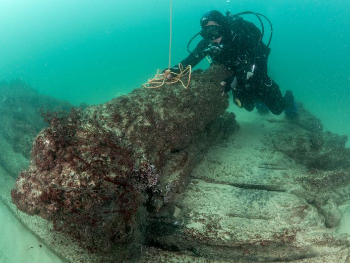 Een duiker bij overblijfselen van het scheepswrak dat is gevonden voor de Portugese kust.