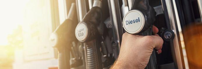 Aan de pomp ben je goedkoper uit met diesel. Maar de vaste lasten worden steeds hoger.