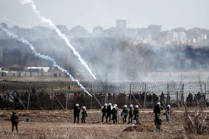 Griekenland houdt de migranten tegen aan de grens, en de oproerpolitie heeft daarbij al hardhandig ingegrepen.