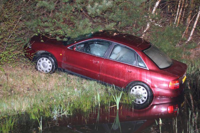 De auto belandde door de crash bijna in de sloot.