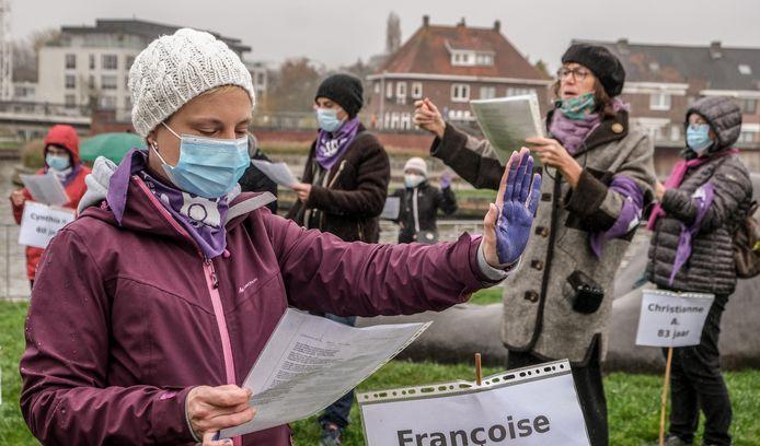 De handen van de betogers waren paars. De paars kleur is een symbool tegen gendergeweld.