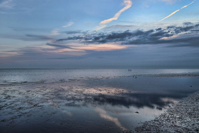 Twee zwemmers kunnen vanaf het strand van Rockanje ver het water inlopen. Het blijft ondiep.