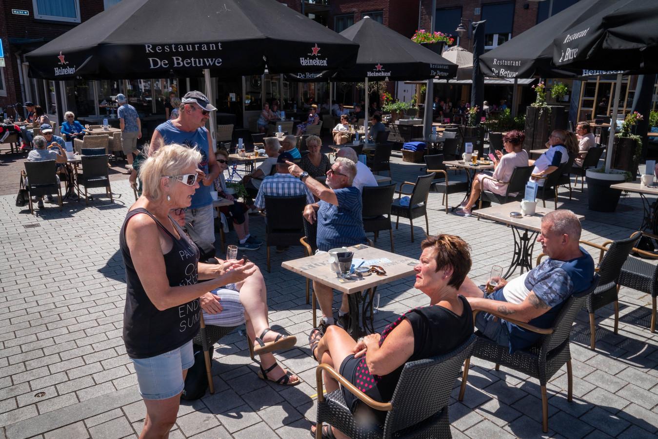 Drukte op terras van de markt in Huissen, begin juni vorig jaar. Foto ter illustratie.