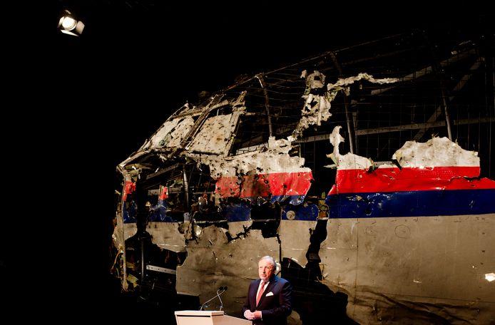 Toenmalig voorzitter Tjibbe Joustra tijdens toelichting op het rapport van de Onderzoeksraad voor Veiligheid (OVV) met de resultaten van het onderzoek naar de oorzaak van de ramp met vlucht MH17. Hij deed dat voor de reconstructie van de cockpit.