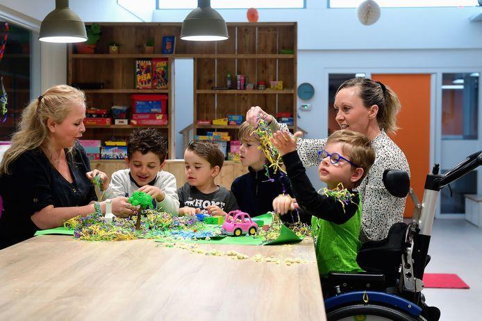 Marjanka de Vries(l) en Albertina Rijborz(r) van stichting Wij Samen, met spelende kinderen die zij begeleiden op de Klimroos.