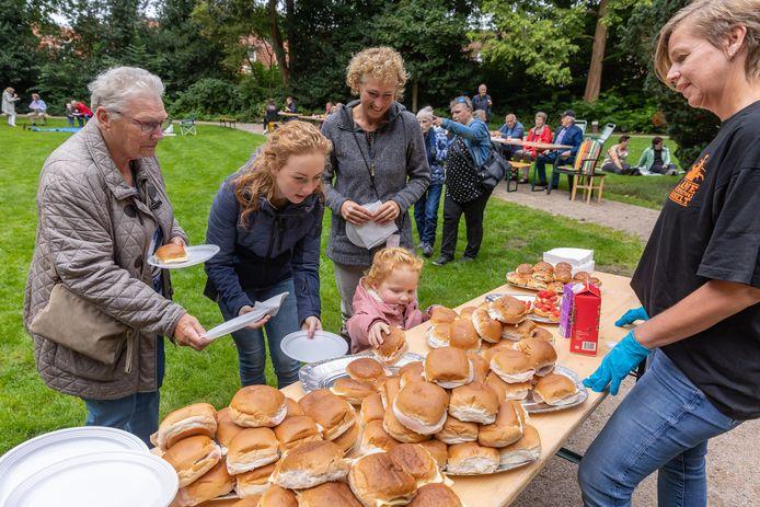 Van links naar rechts Gré van der Stoep (82), Amber Westerhuis (27), haar dochtertje Norah (3) en oma Ineke Boxem (54) halen lekkere broodjes tijdens de gezamenlijke picknick in het Van Stolkspark aan het begin van het Euifeest in Hasselt.