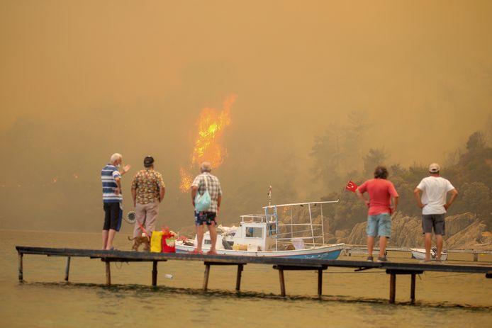 Des touristes attendent d'être évacués de Mazi, un quartier de Bodrum. Plus de 100 incendies ont éclaté en Turquie au cours des derniers jours. Cinq se poursuivent encore à Antalya notamment.