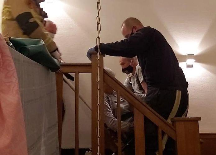 Hellendoornse brandweerlieden helpen bij het naar boven brengen van de bewoners van Villa Bernard in Nijverdal, nadat de lift kapot was gegaan en het brandalarm was afgegaan.