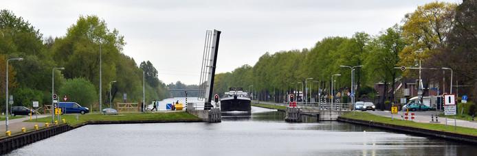 De zwakke damwanden in het Almelose deel van het kanaal zijn te vinden in Aadorp.