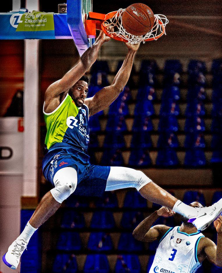 Emmanuel Nzekwesi van ZZ Leiden scoort met een dunk. Beeld Klaas Jan van der Weij / de Volkskrant