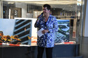Commissaris van de Koning Ida Adema deelt oorkondes uit aan de winnaars van de InstaWalk-fotografiewedstrijd van het provinciehuis