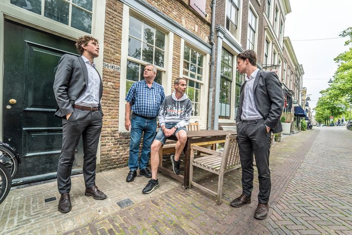 """Wieger Helsdingen (links) bespreekt namens de SDSG de overlastproblemen met Ronald Holtkamp, Xavier van Lijden en Bart van 't Geloof (Delftsch Studenten Corps). ,,We gaan de problemen samen oplossen."""""""
