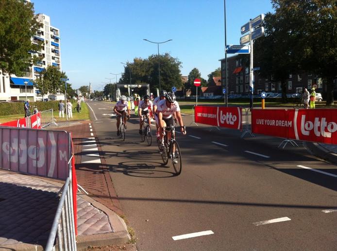 Vier renners van Lotto-Soudal rijden zich warm op de Graaf Hendrik III Laan in Breda.