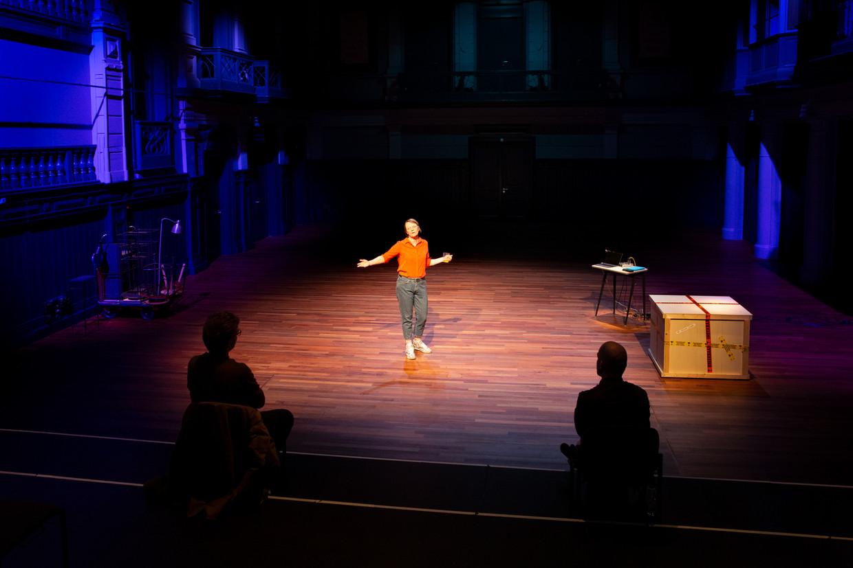 Theaterrecensenten Vincent Kouters en Marijn Lems kijken naar de nieuwe voorstelling van Laura van Dolron. Beeld Pauline Niks