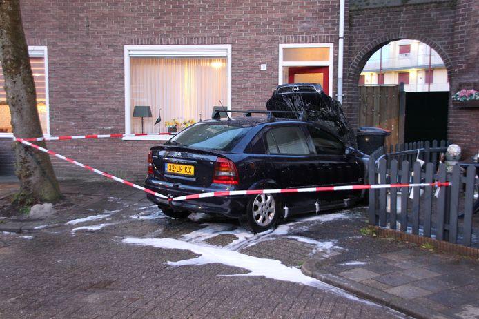 De brandweer bluste in de nacht van vrijdag op zaterdag een autobrand aan de Tollenstraat in Almelo, die zeer waarschijnlijk is aangestoken.