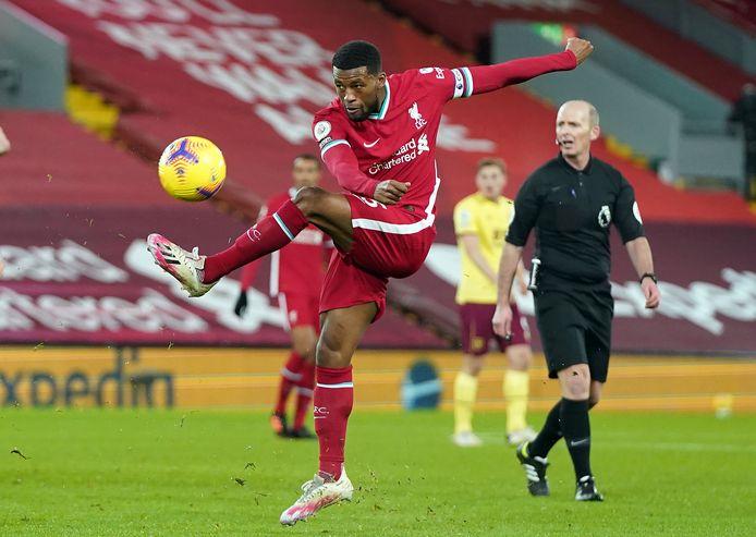 Georginio Wijnaldum haalt uit tegen Burnley, maar ook hij weet niet te scoren.
