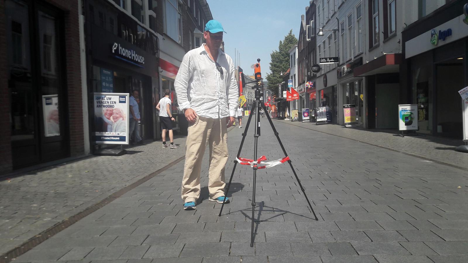 Vincent Kuiphuis van de gemeente Breda tijdens het hitteonderzoek in de Ginnekenstraat.