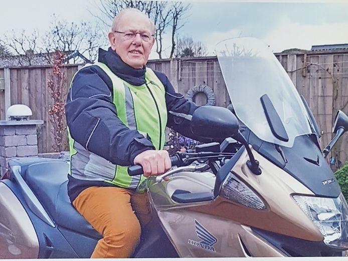 Henk Eijsink haalde het verzekeringsblaadje, als oudste motorrijder met een verzekering.