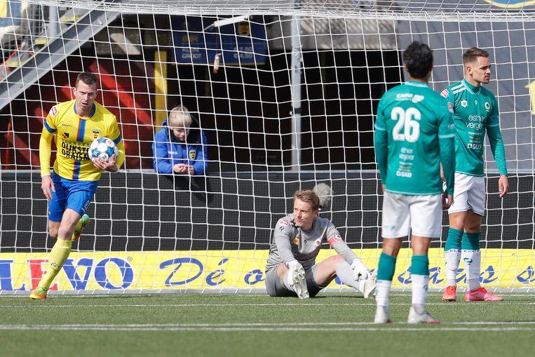 Cambuur-spits Robert Mühren heeft Excelsior-keeper Maarten de Fockert net verslagen (3-2), maar maakt haast: op naar meer doelpunten.  Beeld Pro Shots / Niels Boersema