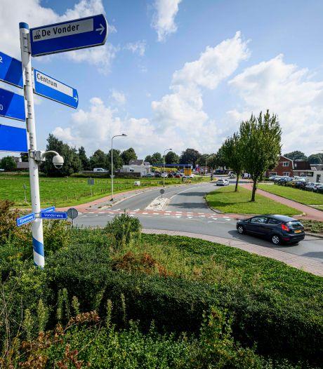 Nieuw asfalt op Rijssenseweg bij Enter, verkeer wordt omgeleid